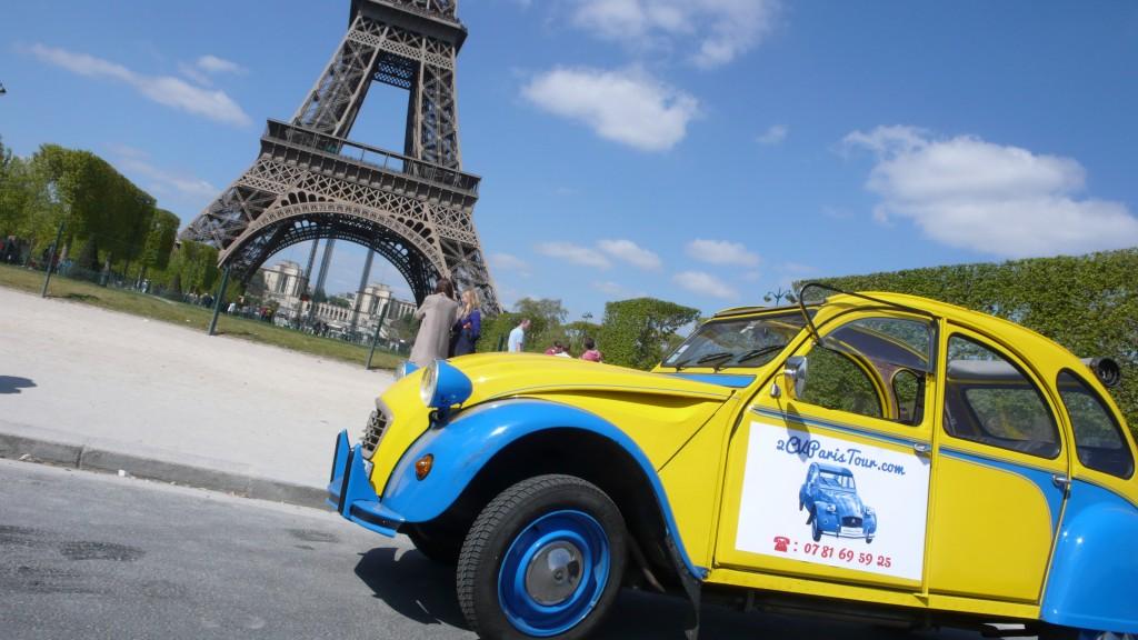 2CVParisTour : Visitez Paris en 2CV! Eglantine au soleil et la tour Eiffel