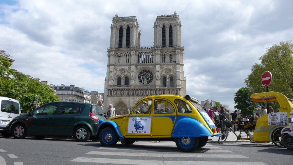 2CVParisTour : Balades en 2CV à Paris! La 2CV devant Notre Dame de Paris