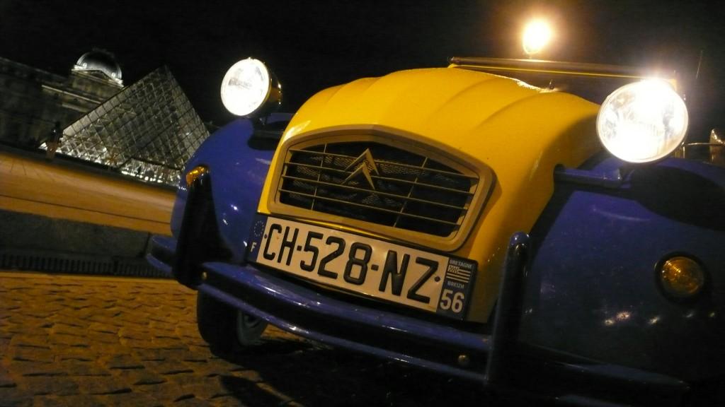 2CV Paris Tour - Visiter Paris en 2CV -  Eglantine au Louvre